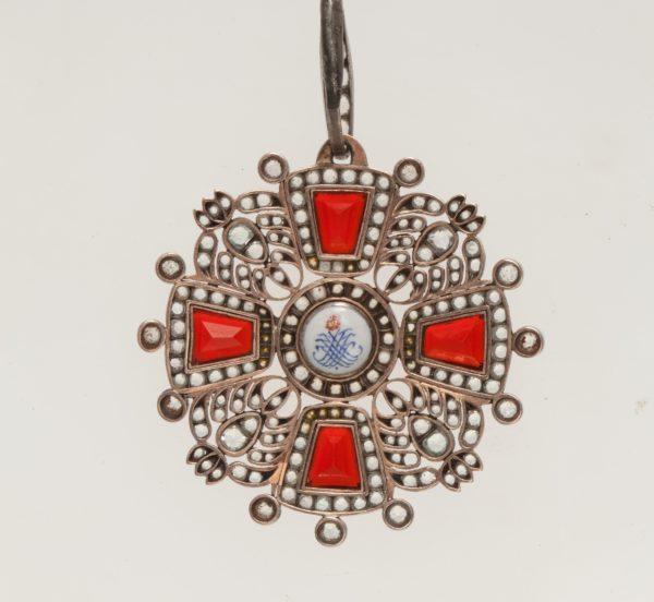обратная сторона знака ордена Святой Анны 2-й степени «с алмазами»